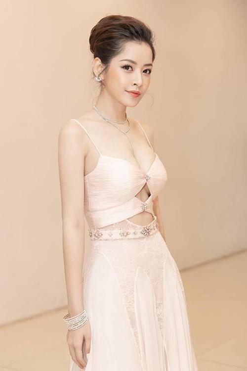 Trang phục đi sự kiện của các mỹ nhân Việt ngày càng tăng độ táo bạo. Thời gian gần đây, hàng loạt sao cùng lăng xê mốt váy khoét giữa vòng một, lấp ló chân ngực.
