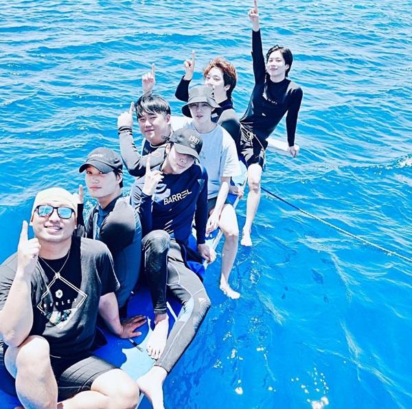 Tae Min, Ha Sung Woon, Ravi, Kai và những người bạn rủ nhau đi du lịch Cebu, Philippines.