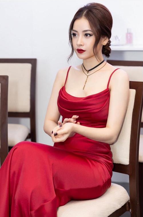 Những chiếc váy hai dây cổ đổ lấy cảm hứng từ nội y đang trở thành xu hướng thinh hành của các mỹ nhân Việt khi đi sự kiện. Ưu điểm của trang phục này là giúp tôn bờ vai thon, thềm ngực gợi cảm một cách khéo léo.