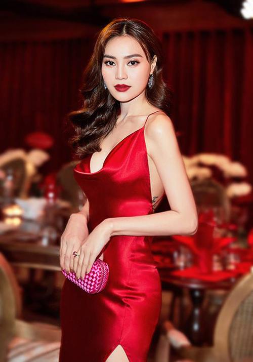 Kiểu váy này cũng thường được xẻ lưng sâu, vì thế tối kỵ các dạng nội y thông thường.