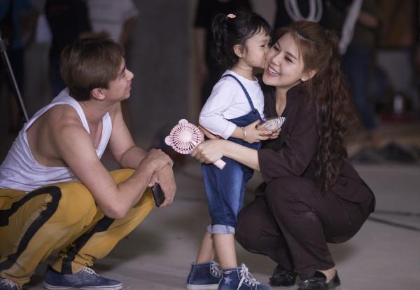 Hồ Việt Trung và con gái ruột thân thiết với nữ chính ở phim trường Giải cứu tiểu thư 5.