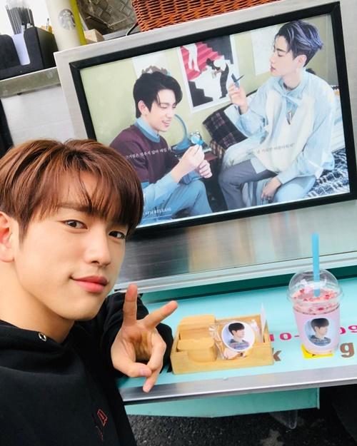 Jin Young (GOT7) khoe xe cà phê tình thương từ người anh em Mark cùng nhóm gửi đến trường quay.