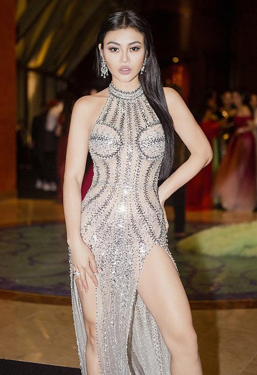 ... và Julia Hồ còn đụng độ một mẫu váy táo bạo.
