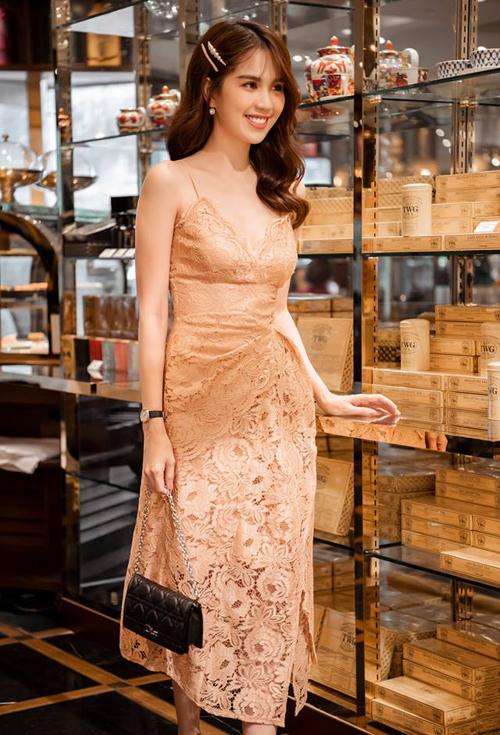Làn da trắng và vóc dáng gợi cảm là yếu tố giúp Ngọc Trinh diện thiết kế váy ren giá 700k sang chảnh chẳng kém hàng cao cấp.