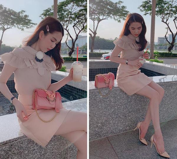 Bộ váy điệu đà giá 700k được Ngọc Trinh kết hợp cùng giày cao gót giá 500k. Chiếc túi xách của cô nàng cũng là hàng bình dân, giá chỉ 600k.