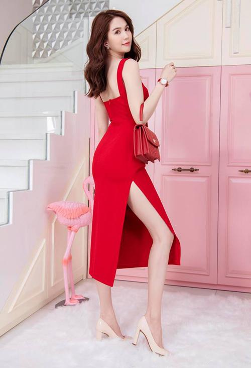 Bộ váy đỏ xẻ đùigiá mềm mại tương tự cũng từng được Ngọc Trinh khoác lên mình và nhận được nhiều lời khen ngợi.