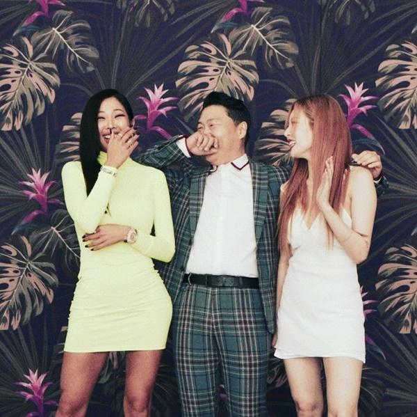 PSY, Jessi và Hyun Ah cười rạng rỡ trong hậu trường chụp ảnh của P-Nation.