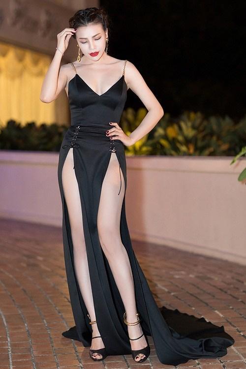 Những chiếc váy xẻ đùi không còn xa lạ với các sao Việt. Các người đẹp đang chạy đua với những chiếc váy ngày càng xẻ cao mạnh tay và đặc biệt là xẻ cả hai bên lên đến hông để tôn trọn đôi chân dài.