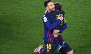 Khoảnh khắc Messi quỳ rạp xuống sân ôm chầm con trai mừng chiến thắng