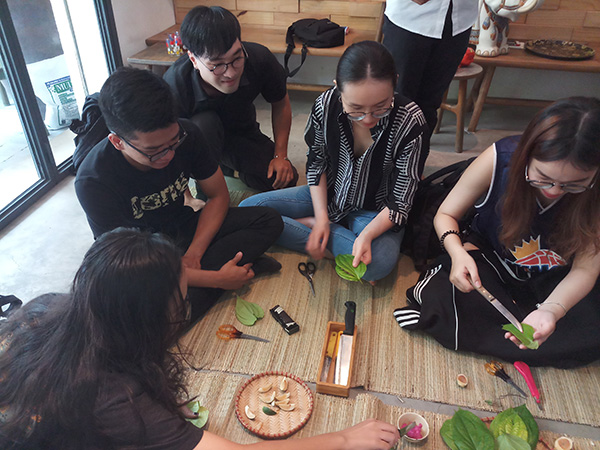 Tham gia hoạt động của lớp học trong tháng này, các bạn trẻ được thầy Nguyễn Quốc Thể, giảng viên ĐH Văn Hiến hướng dẫn cách tem trầu và thưởng thức miếng trầu do chính mình làm ra.
