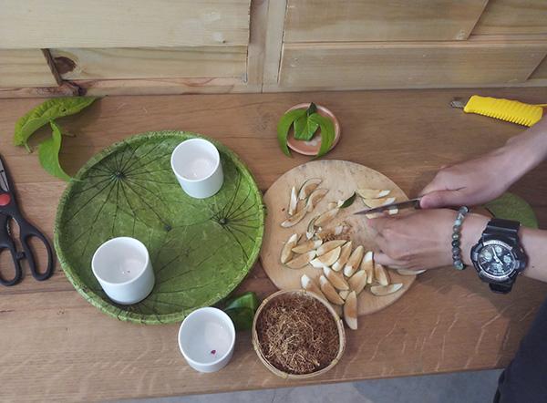Giới trẻ Sài Gòn học têm và ăn trầu cánh phượng - 3