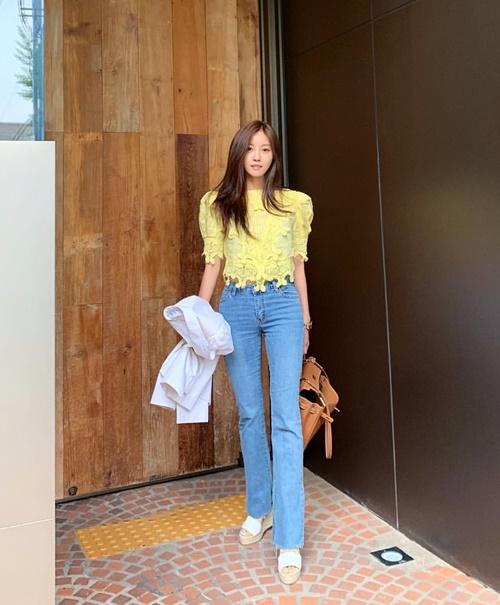 Hyo Min khoe chân dài miên man với quần jeans ống đứng.
