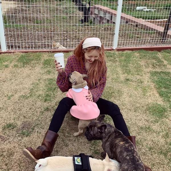 Hyun Ah cười tít mắt khi chơi cùng những chú chó.