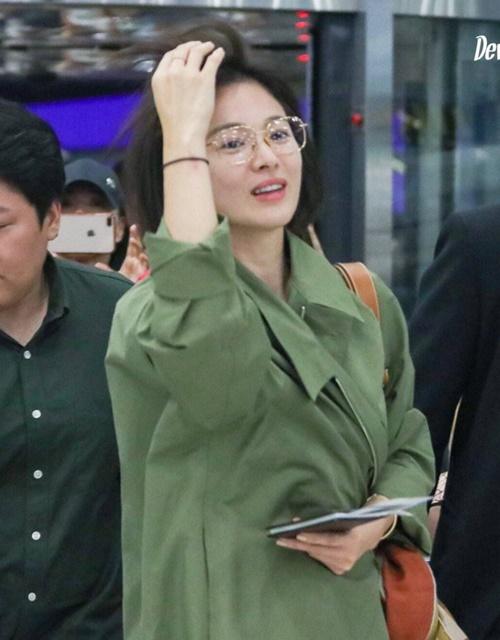 Song Hye Kyo cũng được bắt gặp ở sân bay Trung Quốc mới đây. Nữ diễn viên rạng rỡ, liên tục nở nụ cười và vẫy chào đám đông fan.