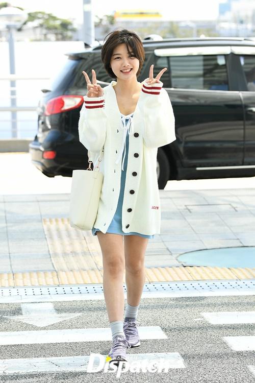 Yoo Jung tạm biệt mái tóc dài từ hồi tháng 3. Cô nàng trông đáng yêu và trẻ trung, tràn đầy sức sống như một nữ sinh trung học.