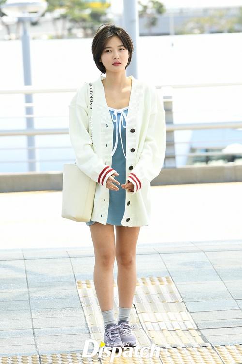 Ngày 28/4, Kim Yoo Jung gây chú ý khi ra sân bay với trang phục váy xanh nhạt kết hợp áo khoác len màu trắng sữa nhẹ nhàng. Nữ diễn viên được khen ngợi khi đổi tóc ngắn, không uốn nhuộm cầu kỳ mà chỉ để kiểu đơn giản, gọn gàng. Bức ảnh sân bay của Yoo Jung đẹp như một cảnh phim thanh xuân.