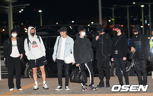 Màn đổ bộ của BTS gây chú ý. Đông đảo phóng viên và người hâm mộ đến tạm biệt nhóm trước giờ cất cánh.