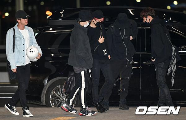Tối 29/4, BTS xuất hiện ở sân bay Incheon trên đường sang Mỹ. Nhóm sẽ tham dự và trình diễn tại lễ trao giải Billboard Music Awards vào ngày 1/5 tới.