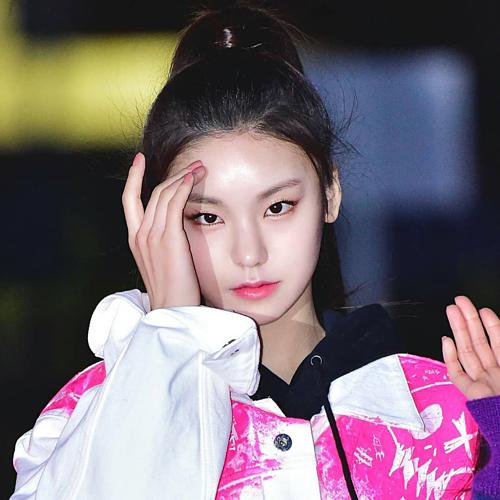 Với ánh mắt sắc lẹm, đôi mắt mèocủa Yeji được xem sức hút đặc trưng giúp cô nàng tân binh nhóm ITZY vừa debut đầu năm 2019 đã nổi như cồn.
