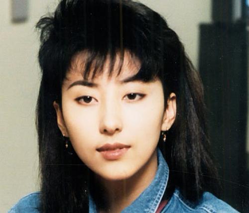Trong tập mới nhất của show Knowing Bros,các khách mời đã bình chọn 5 nữ thần tượng nổi tiếng với đôi mắt mèo đại diện cho từng thế hệ Kpop.Đối với thế hệ đầu tiên, họ nhắc đến Kim Wansun. Cô ra mắt vào năm 1986 và được biết đến với biệt danh Madonna Hàn Quốc. Wansun có lối trình diễn rất gợi cảm, lôi cuốn.
