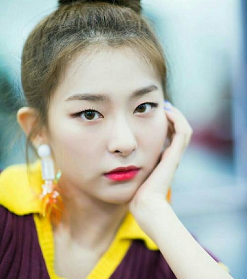 Seul Gi (1994) được chọn là đại diện của mỹ nhân mắt mèo thế hệ tư. Cô nàng debut năm 2014 với tư cách thành viên Red Velvet. Seul Gi là một trong những cỗ máy nhảy nổi tiếng nhất Kpop hiện nay. Cô được yêu mến bởi vẻ đẹp cá tính và phong cách trình diễn nhiệt huyết trên sân khấu.