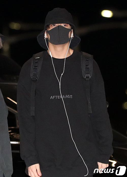 Sau vài lần gây sốt bởi style bạn trai nhà bên, em út Jung Kook trở lại với phong cách ninja trùm kín mít từ đầu tới chân.