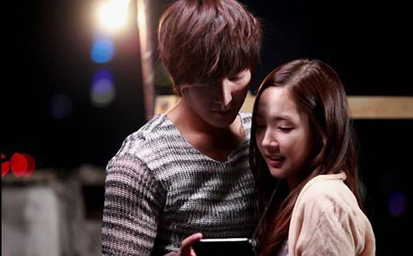 Theo dõi lại cảnh quay vừa thực hiện, Park Min Young và Lee Min Ho không hề rời nhau nửa bước.