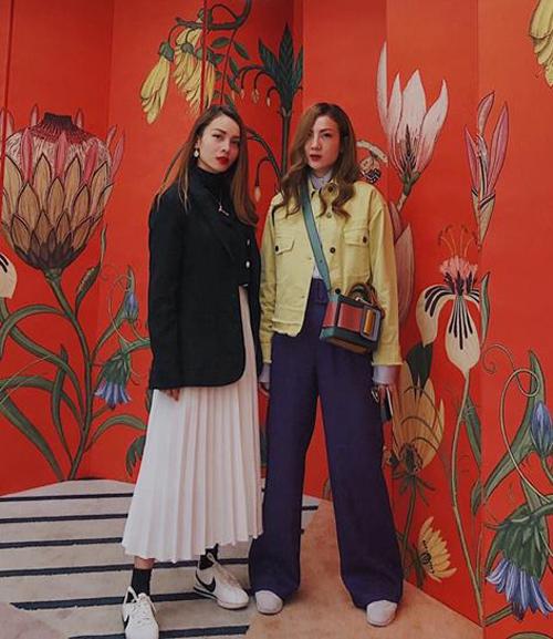 Dịp nghỉ dài ngày, chị em Yến Trang - Yến Nhi rủ nhau đi du lịch Hàn Quốc. Cặp đôi chứng tỏ là fashionista hàng đầu Vbiz với cách phối đồ trẻ trung và thời thượng, bắt kịp xu hướng của giới trẻ xứ kim chi.