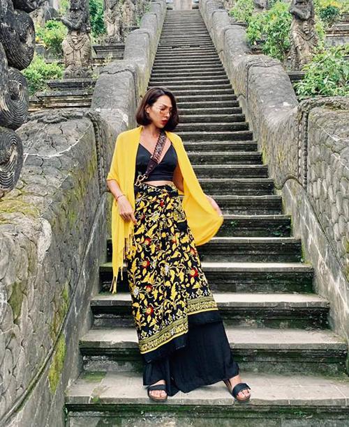 Minh Triệu lại chinh phục gam vàng rực rỡ với bộ cánh tân cổ giao duyên trong chuyến đi Bali.
