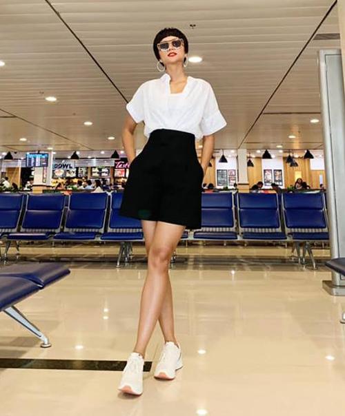 Tông đen trắng cơ bản cũng được HHen Niê lựa chọn khi ra sân bay.