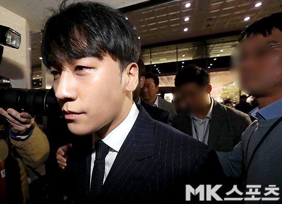 Seung Ri đã trải qua 2 lần thẩm vấn công khai và nhiều lần thẩm vấn bí mật để phục vụ cuộc điều tra.