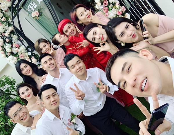 Những người bạn thân thiết có mặt trong lễ rước dâu sáng nay.