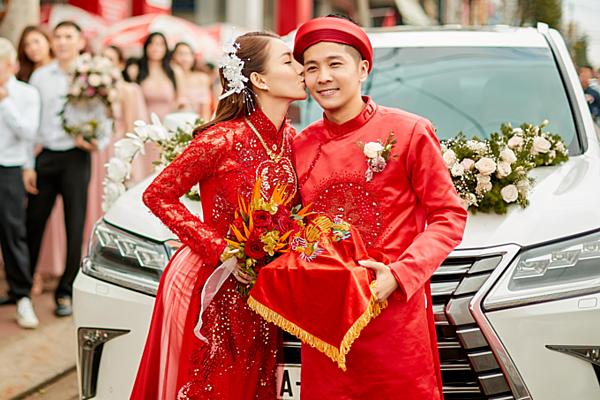 Lê Hà và chồng trong lễ rước dâu sáng 30/4.