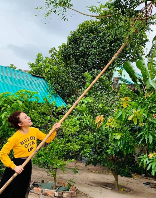 Vy Oanh dành ngày nghỉ để về quê hái trái cây thư giãn.