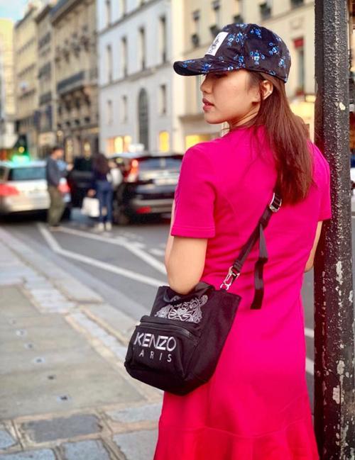 Diệu Nhi sành điệu dạo phố Paris.
