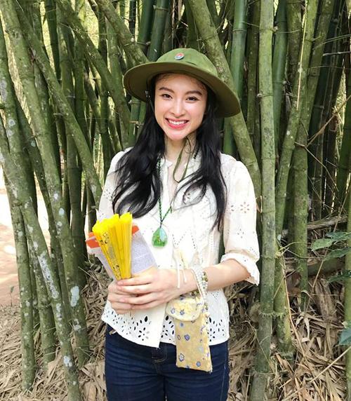 Hình ảnh giản dị mà vẫn xinh đẹp của Angela Phương Trinh khi đi thăm địa đạo Củ Chi nhận được nhiều lời khen ngợi.