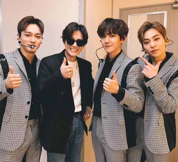 Su Ho đeo kính đen như đại gia khi đến cổ vũ nhóm nhỏ CBX của EXO.
