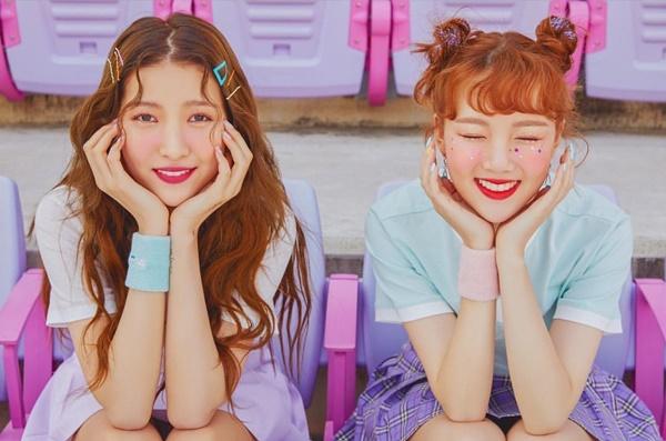So Won (trái) và Ye Rin của G-Friend khoe style cực teen trong quảng cáo mới.