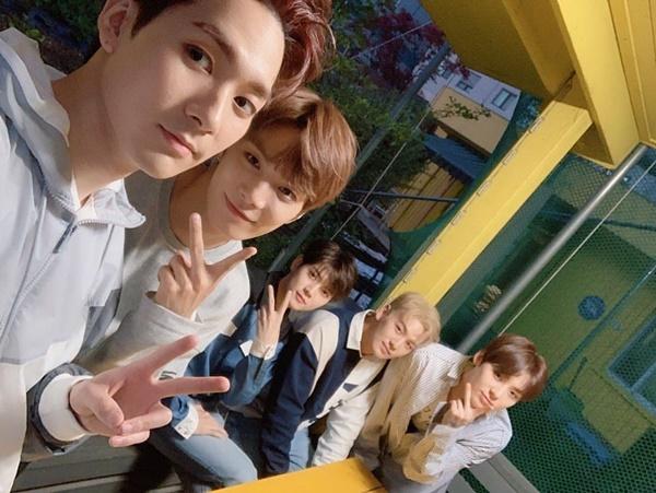 5 chàng trai NUEST khoe visual đồng đều. Cả nhóm vừa chính thức comeback với nhạc phẩm mới.