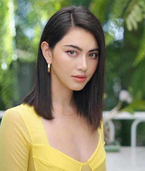 Các người đẹp cũng rủ nhau để mái 7/3 giống Mai Davika, giúp kiểu tóc đơn giản thêm phần hiện đại, gương mặt cũng thanh thoát hơn.