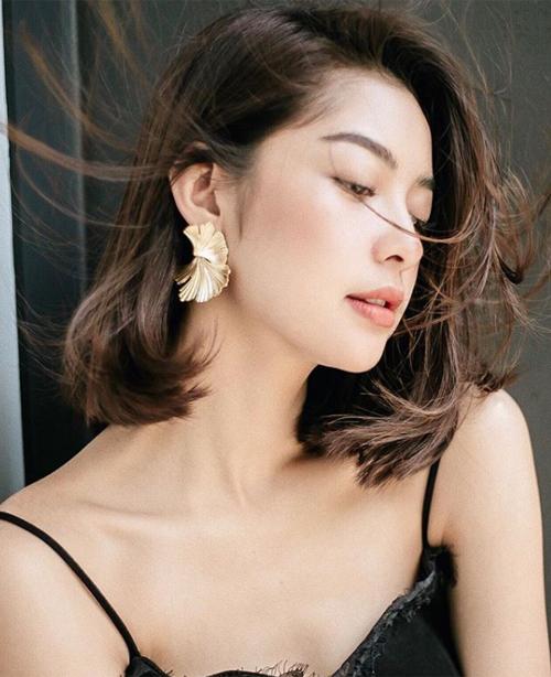 Tóc được vén một bên sau vành tai sẽ giúp các cô gái khoe khéo phần xương quai xanh, góc cằm thon gọn, tăng độ nữ tính và bồng bềnh cho mái tóc.