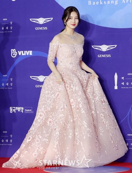 Nữ ca sĩ, diễn viên đẹp lộng lẫu như một nàng công chúa với váy trễ vai, tông màu hồng.