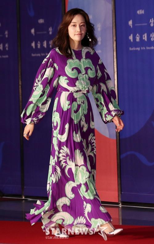Jeon Jong Seo bị chê chọn trang phục xấu, tự giấu hình thể khi tham dự sự kiện.