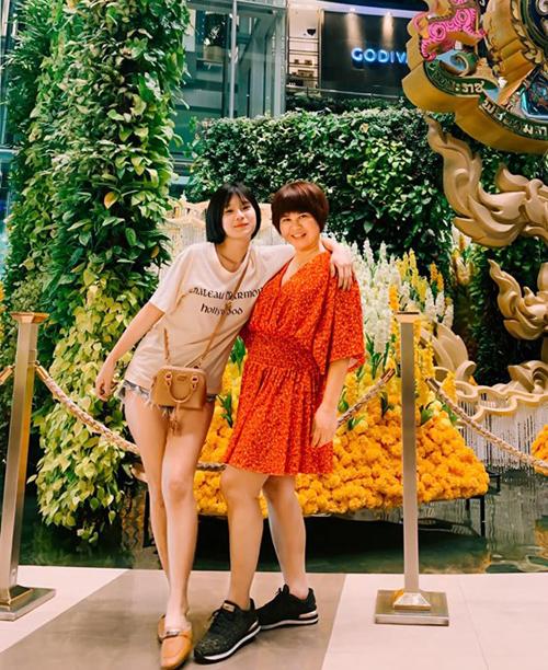 Hoàng Yến Chibi và mẹ trông chẳng khác gì hai chị em.
