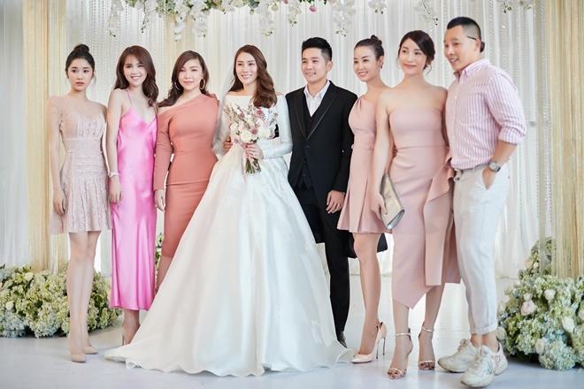 <p> Chung vui với Lê Hà còn có ông bầu Vũ Khắc Tiệp (ngoài cùng bên phải) và dàn chân dài của công ty.</p>