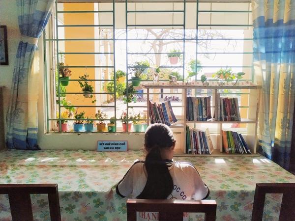 Không gian thoáng đãng, nhiều ánh sáng để cho các bạn học sinh tha hồ đọc sách.