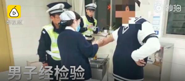 Người đàn ông bị đưa về sở cảnh sát vì mức độ cồn quá mức tiêu chuẩn.