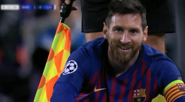 Messi cười sau khi bị Milner phạm lỗi.