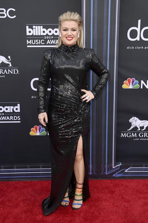 Kelly Clarkson có phần nặng nề khi diện bộ đầm đen kín mít.