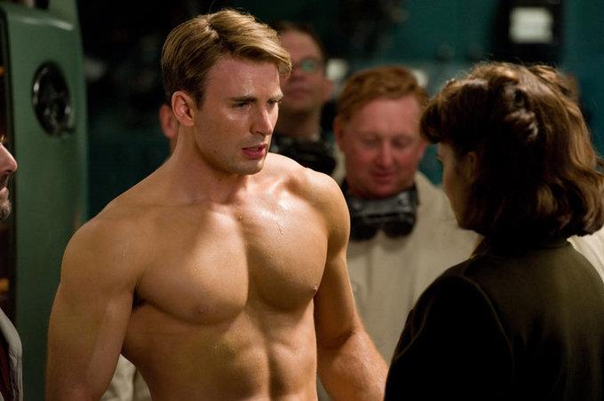 <p> Mỗi lần xuất hiện trên màn ảnh, nhân vật Captain America của Chris Evans lại đốn đổ hàng loạt trái tim khán giả nữ nhờ gương mặt lãng tử, thân hình tam giác ngược quyến rũ.</p>